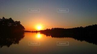 湖畔と夕日の写真・画像素材[3072814]