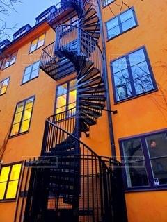 空,建物,街並み,屋外,階段,黄色,窓,オレンジ,家,螺旋,螺旋階段,北欧,通り,町並み,旧市街,フィンランド,アーキテクチャ,ファサード,曲線美