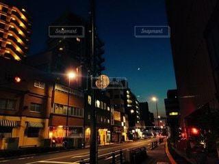 空,建物,夜,夜景,夜空,屋外,東京,青,道路,夕方,都会,月,道,高層ビル,明るい,通り,ダウンタウン