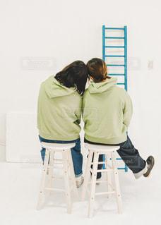 2人,ジーンズ,室内,椅子,人,はしご,お揃い,スタジオ,パーカー,ズボン,パーカーコーデ,双子撮影