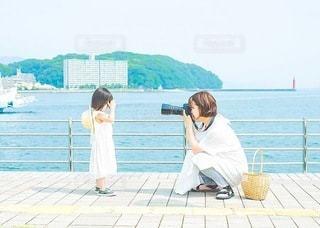 女性,子ども,ファッション,風景,空,建物,カメラ,屋外,親子,撮影,子供,母親,女の子,少女,ドレス,白ワンピース,人,写真,ポーズ,カメラマン,お揃い,ライフスタイル,フィルムカメラ,写ルンです,かまえる,白ワンピ,撮る,構える,カメラポーズ