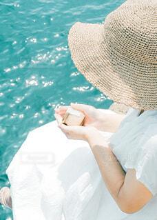風景,海,夏,ワンピース,帽子,手,水面,手持ち,人物,麦わら帽子,人,キラキラ,ポートレート,プリン,ライフスタイル,手元,ファッションアクセサリー