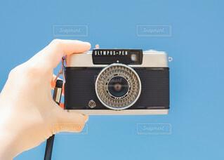 空,カメラ,手,手持ち,人物,人,キラキラ,デジタルカメラ,ポートレート,ライフスタイル,手元,持つ,コンパクトカメラ,エレクトロニクス,カメラ光学