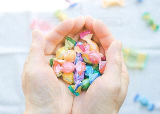 食べ物,手,手持ち,デザート,人物,人,キラキラ,甘い,ポートレート,ライフスタイル,キャンディ,手元,グッズ,持つ