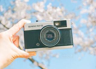 手,指,手持ち,人物,人,キラキラ,デジタルカメラ,ポートレート,ライフスタイル,手元,物,持つ,エレクトロニクス,カメラ光学