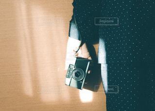 カメラ,屋内,手,指,手持ち,人物,人,キラキラ,ボタン,デジタルカメラ,ポートレート,ライフスタイル,手元,物,持つ,エレクトロニクス,カメラ光学