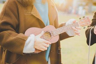 風景,屋外,ウクレレ,手,ギター,指,手持ち,人物,人,キラキラ,楽器,ポートレート,ライフスタイル,手元,物,持つ
