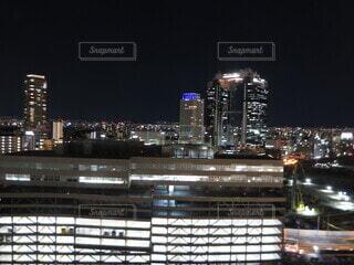 夜に明るくした街の写真・画像素材[4068496]