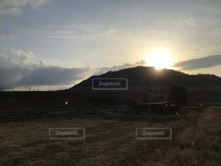 山に沈んで輝く夕日の写真・画像素材[3044278]