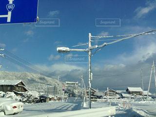 冬の道路で雪雲が近づいてくる景色の写真・画像素材[3057819]