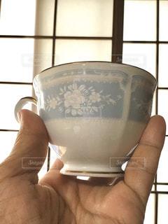 花柄のコーヒーカップと障子の写真・画像素材[3111995]