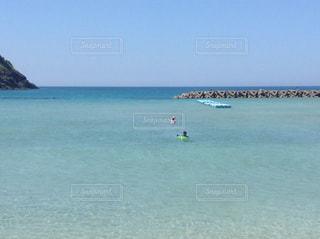 青い澄んだ海で泳ぐ子供達の写真・画像素材[3241100]