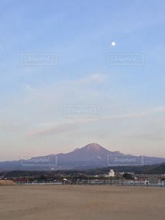 夕方の月と大山の写真・画像素材[3394395]