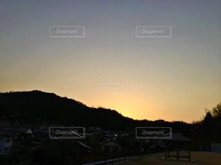 山に沈んだ夕日の写真・画像素材[3394392]