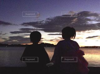 海の夕暮れと子供達の写真・画像素材[3394427]