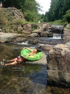 川遊びする子供の写真・画像素材[3640409]