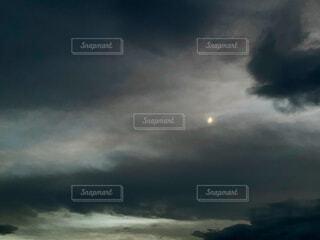 暗い雲間の月の写真・画像素材[3920641]