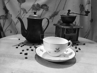 カフェ,コーヒー,屋内,花瓶,テーブル,茶碗,皿,壁,リラックス,マグカップ,食器,カップ,紅茶,おうちカフェ,ドリンク,陶器,おうち,ライフスタイル,大皿,ティーポット,ケトル,土器,ボウル,ティーパーティー,食器類,投手,セラミック,コーヒー カップ,磁器,おうち時間,黒と白,受け皿,水差し,食器セット