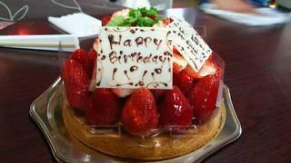 食べ物,ケーキ,屋内,クリーム,デザート,テーブル,果物,タルト,甘い,ベリー,おいしい,誕生日ケーキ,イチゴ