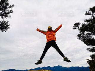 女性,1人,空,屋外,島,ジャンプ,山,トレッキング,登山,樹木,人,旅,山ガール,旅女