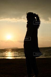 女性,風景,海,空,屋外,太陽,ビーチ,雲,砂浜,夕焼け,夕暮れ,水面,夕方,人,立つ,クラウド,探す