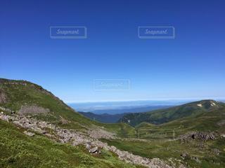 自然,風景,空,草原,北海道,山,大地,新緑,高原,快晴,ハイキング,眺め,山腹