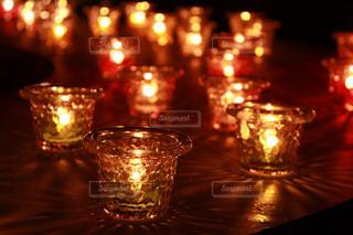 夜,夜景,黒,ガラス,テーブル,キャンドル,ライトアップ,明るい,ろうそくの光で