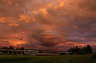 自然,風景,空,屋外,雲,夕焼け,夕暮れ,田舎,景色,オレンジ,草,樹木,くもり,日中,クラウド,設定