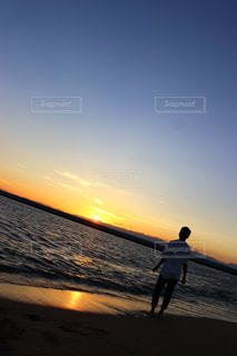 男性,1人,自然,海,空,屋外,ビーチ,砂浜,夕暮れ,水面,人,sunset