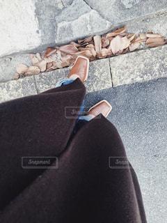 女性,1人,散歩,茶色,景色,落ち葉,履物