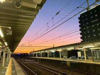 空,屋外,駅,夕焼け,夕方,鉄道,プラットフォーム