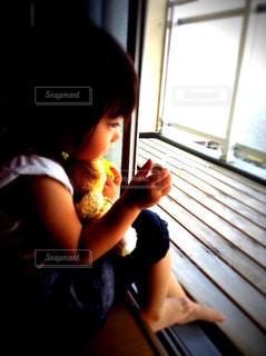 風景,屋内,少女,ぬいぐるみ,窓辺,人,幼児