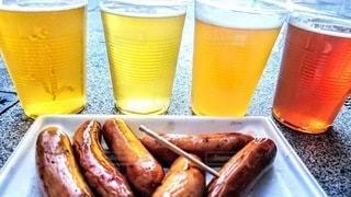 ソーセージをつまみにビールで乾杯の写真・画像素材[3048272]