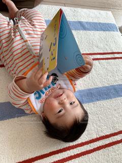 絵本を見る赤ちゃんの写真・画像素材[3155732]