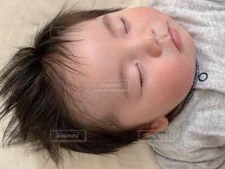ベッドでお昼寝する子どもの写真・画像素材[3156150]