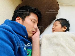 お昼寝する親子の写真・画像素材[3209695]