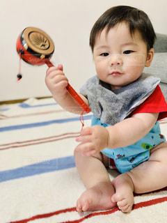 でんでん太鼓を奏でる子の写真・画像素材[3219361]