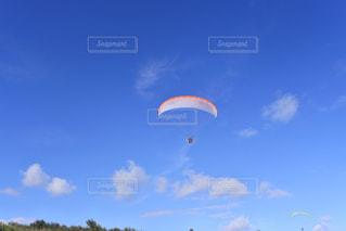 空飛ぶパラシュートの写真・画像素材[3273707]