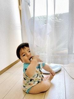 座っている男の子の写真・画像素材[3331335]