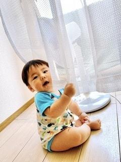 カーテンを掴む男の子の写真・画像素材[3331336]