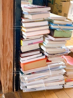 積み重ねられた本の写真・画像素材[3352845]