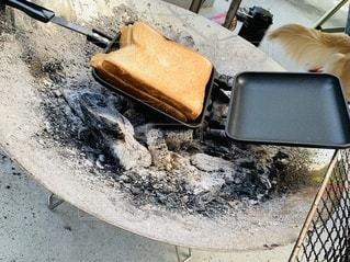 焚き火台でホットサンドの写真・画像素材[3520964]