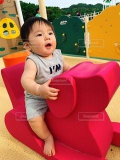小さな子供が遊具に乗っているの写真・画像素材[3615869]