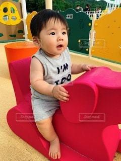 小さな子供が遊具で遊んでいるの写真・画像素材[3615870]