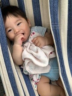 ハンモックに寝る赤ちゃんの写真・画像素材[3615872]