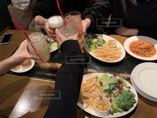 食べ物,飲み物,食事,ランチ,ディナー,テーブル,皿,人物,人,イベント,食器,グラス,サラダ,レストラン,ご飯,料理,乾杯,ドリンク,パーティー,手元