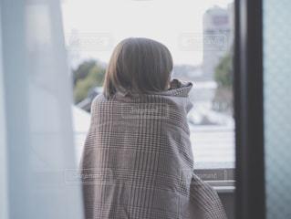窓の前に立っている人の写真・画像素材[3045910]