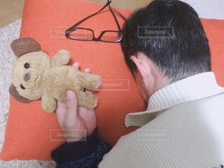 テディベアを持つ男の写真・画像素材[3108673]