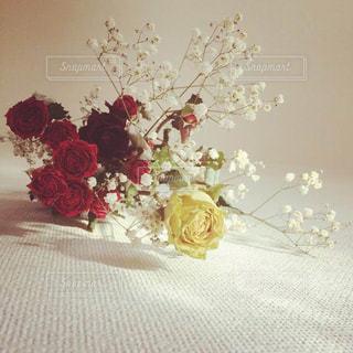 テーブルの上に花の花瓶の写真・画像素材[3124719]