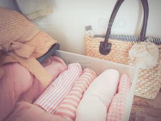 ファッション,春,夏,屋内,ピンク,暑い,日常,洋服,麦わら帽子,シャツ,生活,ライフスタイル,収納,かごバック,ストール,衣替え,整理整頓,薄手,衣装ケース